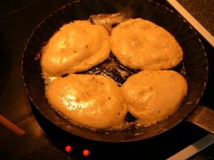 Hefepfannkuchen in der Pfanne